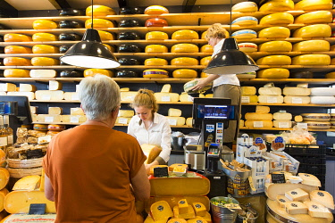 HMS3296236 Netherlands, Southern Holland province, Gouda, cheese shop in the old town