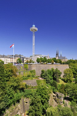 HMS3305669 Luxembourg, Luxembourg city, view of the Petrusse valley with the Monument of Remembrance and the attraction with panoramic view and cathedral in the background