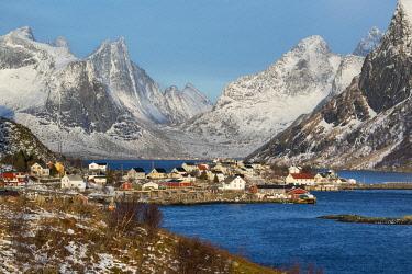 HMS3380770 Norway, Nordland County, Lofoten Islands, Reine, mountains, fjord and village