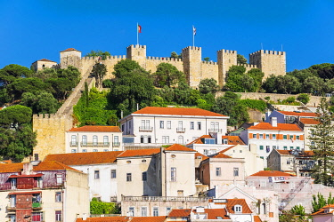 HMS3358584 Portugal, Lisbon, the castle Sao Jorge overlooks the city