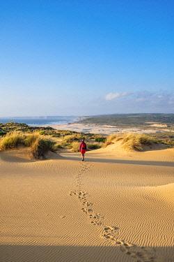 HMS3373745 Portugal, Algarve region, Southwest Alentejano and Costa Vicentina Natural Park, Carrapateira on the Rota Vicentina hiking trail, dunes area (Medo das Angras)