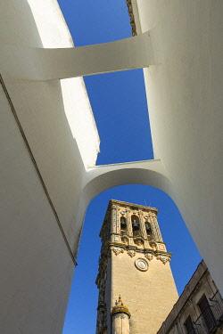 HMS3287146 Spain, Andalucia, Cadiz Province, Arcos de la Frontera, White Villages route (Ruta de los Pueblos Blancos), tower and belfry of minor Basilica Santa Maria de la Asuncion