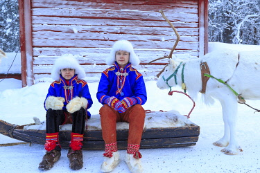 HMS3289331 Sweden, Lapland, region listed as World Heritage by UNESCO, Norrbotten County, Sami youth in traditional costume at the Sami market since the 17th century in Jokkmokk