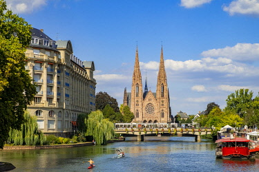 HMS3339939 France, Bas Rhin, Strasbourg, old city listed as World Heritage by UNESCO, oars on the banks of the River Ill and the Saint Paul Reformed Church