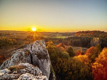 POL2135AW Sunset seen from Okiennik Wielki, window rock, Piaseczno, Krakow-Czestochowa Upland or Polish Jurassic Highland, Silesian Voivodeship, Poland