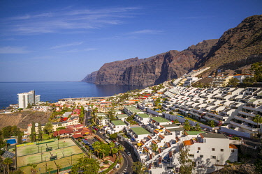 ES09649 Spain, Canary Islands, Tenerife Island, Los Gigantes, hillside apartments and Los Gigantes coastal cliffs, elevated view