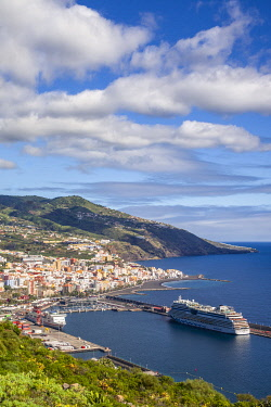 ES09726 Spain, Canary Islands, La Palma Island, Santa Cruz de la Palma, elevated view with port