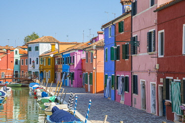IT02935 Colourful houses, Burano, Venice, Veneto, Italy