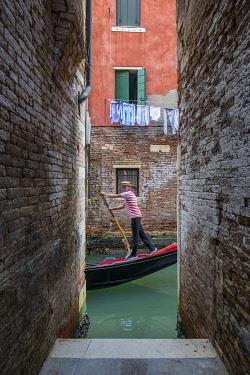 IT02978 Gondola on a small canal, Cannaregio, Venice, Veneto, Italy