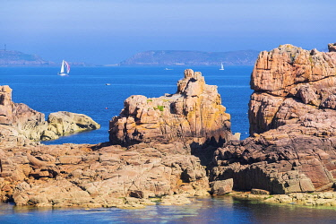 HMS3342083 France, Cotes d'Armor, Pink Granite Coast, Perros-Guirec, Ploumanac'h, on the Customs footpath or GR 34 hiking trail