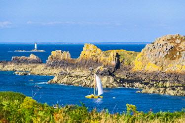 HMS3342334 France, Ille-et-Vilaine, Emerald Coast, Cancale, Pointe du Grouin, view over Landes island and Pierre-de-Herpin lighthouse