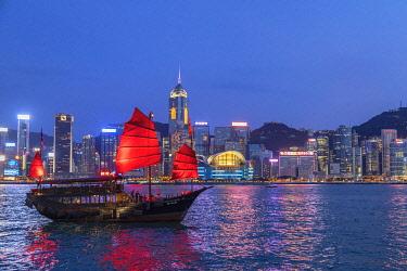 CH12078AW Skyline of Hong Kong Island and junk boat at dusk, Hong Kong