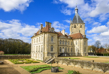 HMS3269956 France, Cote-d'Or, Talmay, the castle of Talmay is a classic 18th century castle backed by a square tower of the 13th century