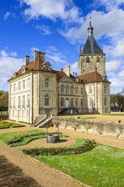 HMS3269961 France, Cote-d'Or, Talmay, the castle of Talmay is a classic 18th century castle backed by a square tower of the 13th century