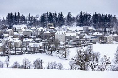 HMS3245691 France, Cantal, Aubrac Regional Nature Park, Saint Urcize, the village in winter after a snowfall