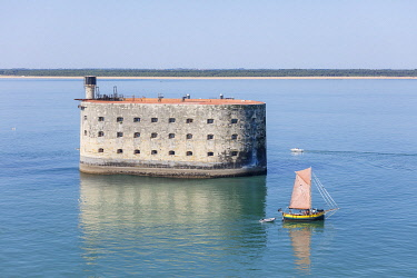 HMS3357014 France, Charente Maritime, Fort Boyard, sailing boat and the fort (aerial view)