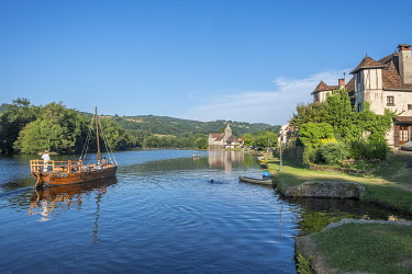 HMS3384624 France, Correze, Dordogne valley, Beaulieu sur Dordogne, gabare on the river, Penitents chapel on Dordogne riverbank