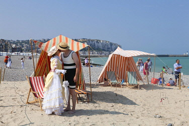 HMS3337613 France, Somme, Mers les Bains, swimmers' day, people dressed in Belle Epoque costume in front of bath tents