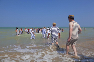 HMS3337618 France, Somme, Mers les Bains, swimmers' day, sea bath in costume belle époque