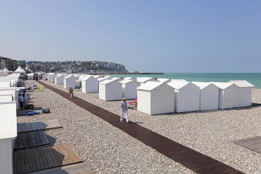 HMS3337619 France, Somme, Mers les Bains, swimmers' day, beach cabins