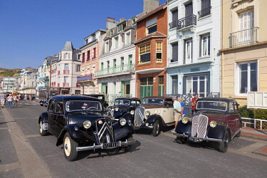 HMS3337629 France, Somme, Mers les Bains, swimmers' day, vintage car