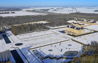 HMS3244838 France, Seine et Marne, Maincy, the castle and the gardens of Vaux le Vicomte covered by snow (aerial view)
