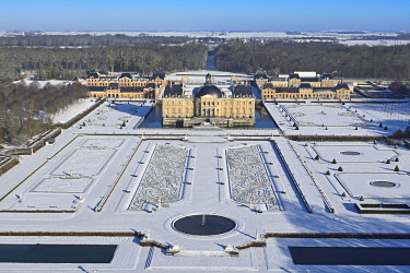 HMS3244842 France, Seine et Marne, Maincy, the castle and the gardens of Vaux le Vicomte covered by snow (aerial view)
