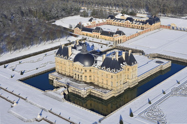HMS3244844 France, Seine et Marne, Maincy, the castle and the gardens of Vaux le Vicomte covered by snow (aerial view)