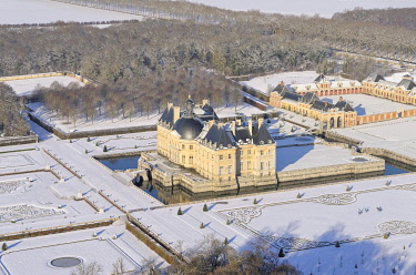 HMS3419629 France, Seine et Marne, Maincy, the castle and the gardens of Vaux le Vicomte covered with snow (aerial view)
