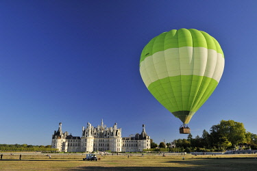 HMS3362457 France, Loir et Cher, Valley of the Loire listed as World Heritage by UNESCO, Chambord, the Royal Castle, take off from a green balloon in front of the castle