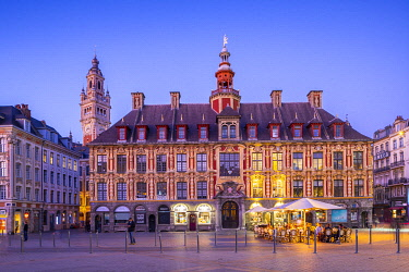 FR04055 The Grand Place, Lille Chamber of Commerce Belfry, Old Stock Exchange and Restaurants at Dusk, Lille, France,