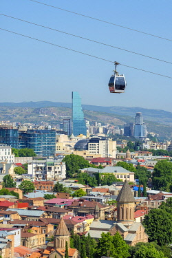 GEO0509AW Cable car between Rike Park and the Narikala fortress passes above buildings in central Tbilisi , Tbilisi (Tiflis), Georgia.