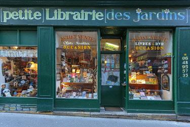 HMS3415269 France, Moselle, Metz, front window of the book store La Patite Librairie des Jardins