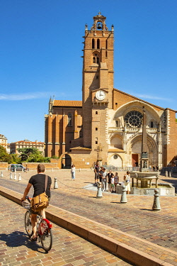 HMS3381153 France, Haute Garonne, Toulouse, cyclist in front of Saint Etienne cathedral