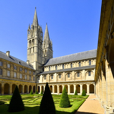 HMS3483802 France, Calvados, Caen, the Abbaye aux Hommes (Men Abbey), cloister and Saint Etienne abbey church