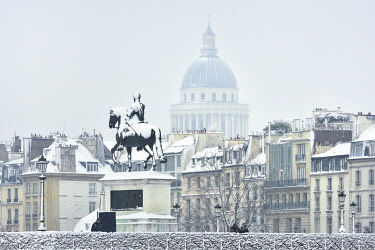 HMS3238819 France, Paris, Pont Neuf, Equestrian statue of Henri IV and Pantheon dome in winter