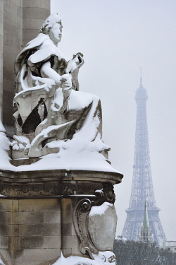 HMS3238824 France, Paris, area listed as World Heritage by UNESCO, Alexandre III bridge and Eiffel Tower in winter