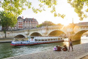 HMS3290309 France, Paris, area listed as World Heritage by UNESCO, Ile de la Cite, at the Quai des Orfevres, the Neuf Bridge in the background