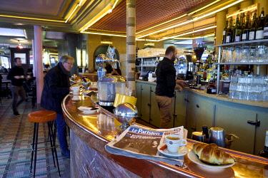 HMS3293019 France, Paris, Montmartre, rue Lepic, brasserie le Cafe des Deux Moulins which was used in the cinema set of the Le Fabuleux Destin d'Amelie Poulain movie