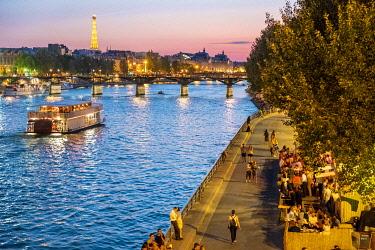 HMS3325296 France, Paris, area listed as World Heritage by UNESCO, the Quai du Louvre and the Pont des Arts