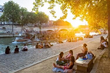 HMS3325367 France, Paris, area listed as World Heritage by UNESCO, Ile de la Cite, Quai des Orfevres at sunset