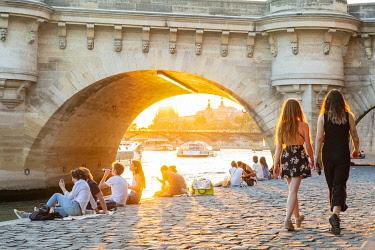 HMS3325370 France, Paris, area listed as World Heritage by UNESCO, Ile de la Cite, the Quai des Orfevres at sunset, the Pont Neuf
