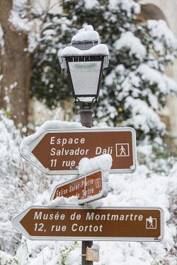 HMS3235920 France, Paris, snowy signposting, snowfalls on 07/02/2018