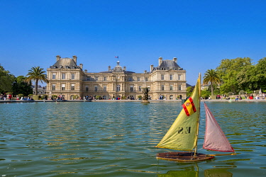 HMS3290480 France, Paris, the Luxembourg gardens, the basin and the Luxembourg Palace housing the Senate