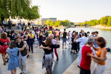 HMS3290498 France, Paris, Tino Rossi garden, summer evenings the banks of the Seine become dancefloor for Tango