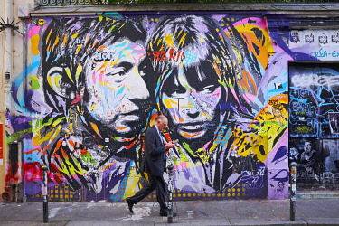 HMS3333309 France, Paris, rue de Verneuil, Frescoes representing Serge Gainsbourg and Jane Birkin on the facade of Serge Gainsbourg house