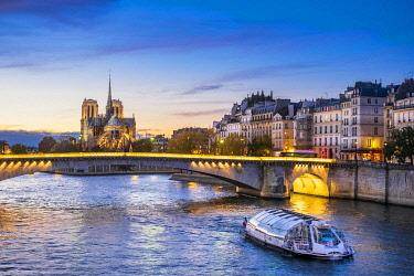 HMS3380706 France, Paris, the banks of the Seine river listed as World Heritage by UNESCO, Notre-Dame cathedral on the Ile de la Cité and Tournelle bridge
