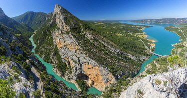 HMS3320698 France, Alpes-de-Haute-Provence, Verdon Regional Nature Park, Grand Canyon du Verdon, cliff Les Grands Vernis (993m), Verdon and Lake St. Croix