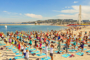 HMS3306309 France, Bouches du Rhone, Marseille, Bonneveine beach at Prado, Yoga session during the Free style cup