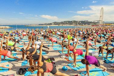 HMS3306310 France, Bouches du Rhone, Marseille, Bonneveine beach at Prado, Yoga session during the Free style cup